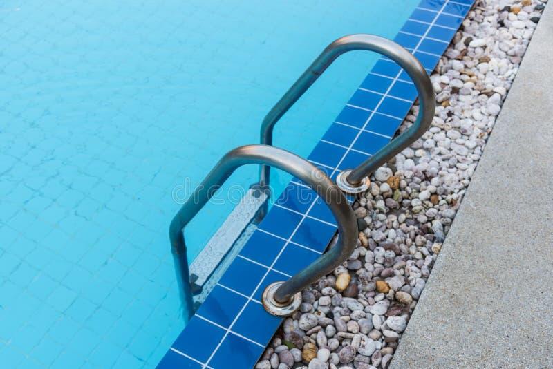 Blå simbassäng för hotell arkivbilder
