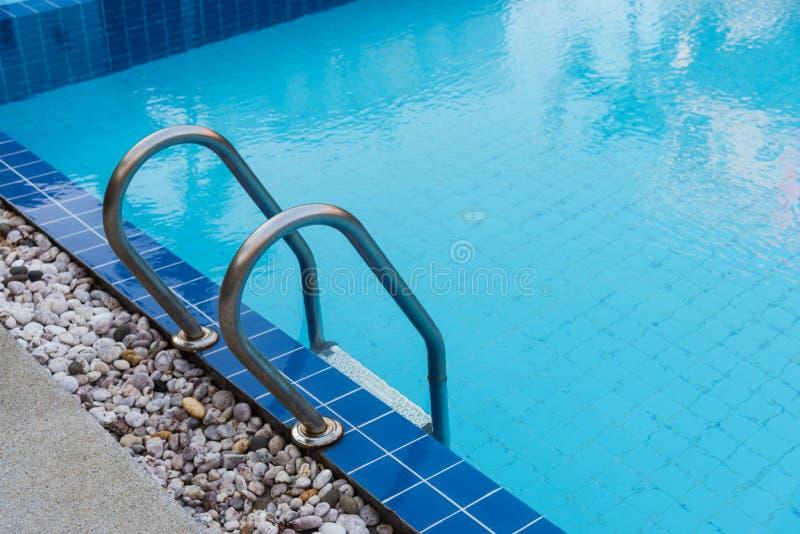 Blå simbassäng för hotell arkivfoto