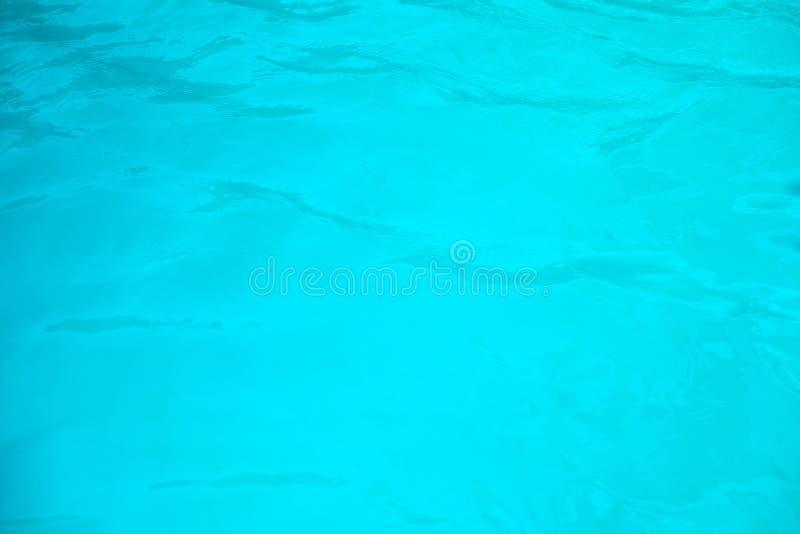 Blå simbassäng skvalpat vatten arkivbilder