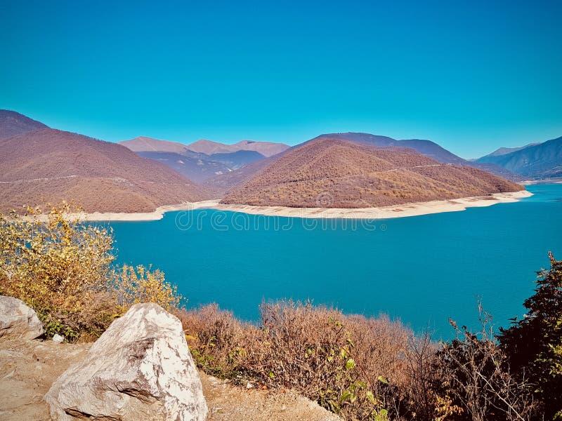 Blå sjö i Georgia arkivbild