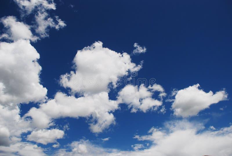 blå sky mycket royaltyfri bild