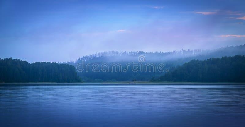 Blå skymning över sjön fotografering för bildbyråer
