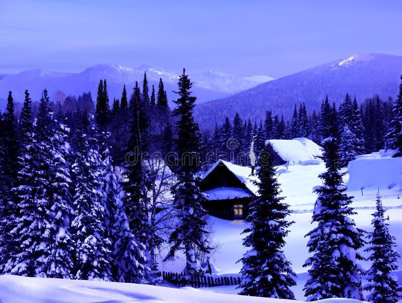 Blå skymning för vinter i bergen arkivfoton