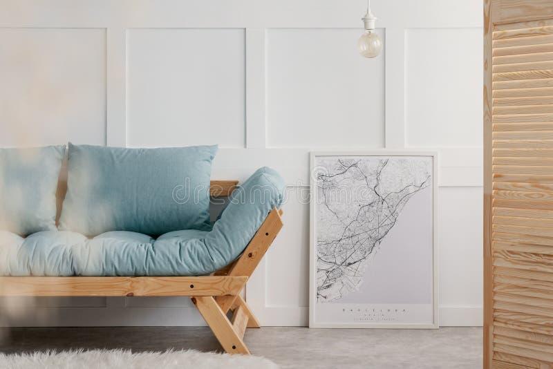 Blå soffa med kuddar i elegant vardagsruminre Verkligt foto med kopieringsutrymme på arkivbilder