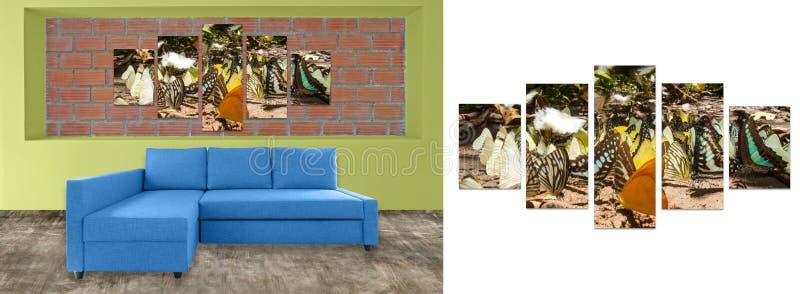 blå soffamöblemang och naturfotocollage på tegelstenväggen Högt r arkivfoto