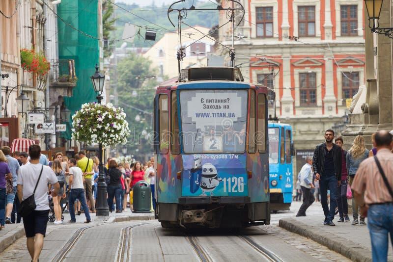Blå spårvagn på staden av Lviv royaltyfri bild