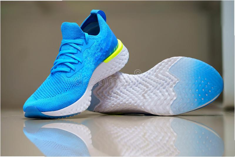 Blå sport eller rinnande skor för löpare med reflexion på isolat arkivbilder