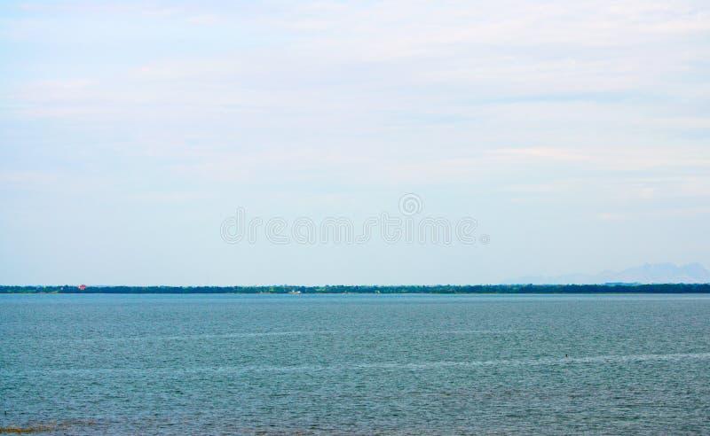 Blå stillhet och klart hav med den blåa himlen arkivfoton
