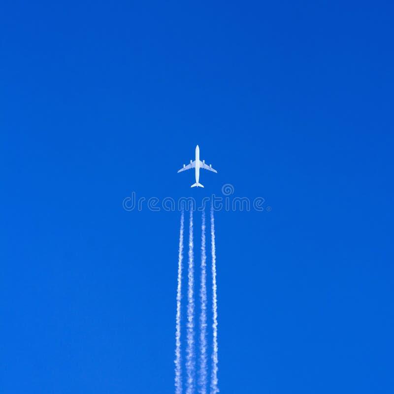 blå stor sky för flygplan