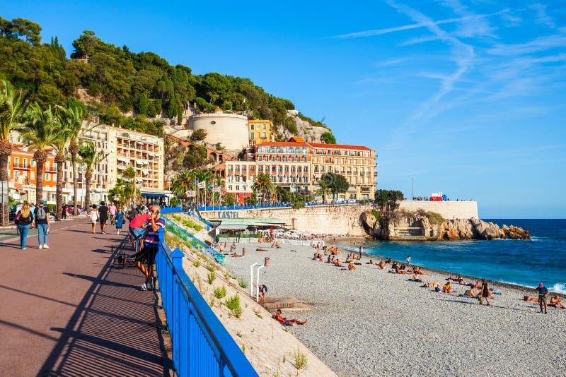 Blå strand för Plage i Nice, Frankrike royaltyfria bilder