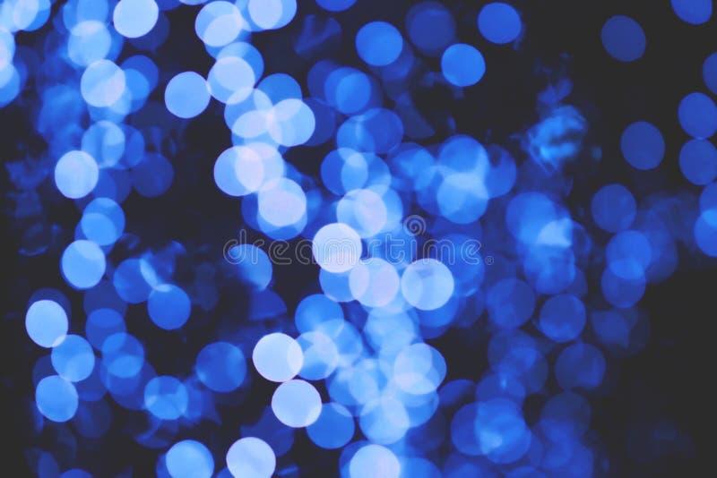 Blå suddighetsbokeh från ljus på den mörka natten för bakgrund royaltyfri fotografi