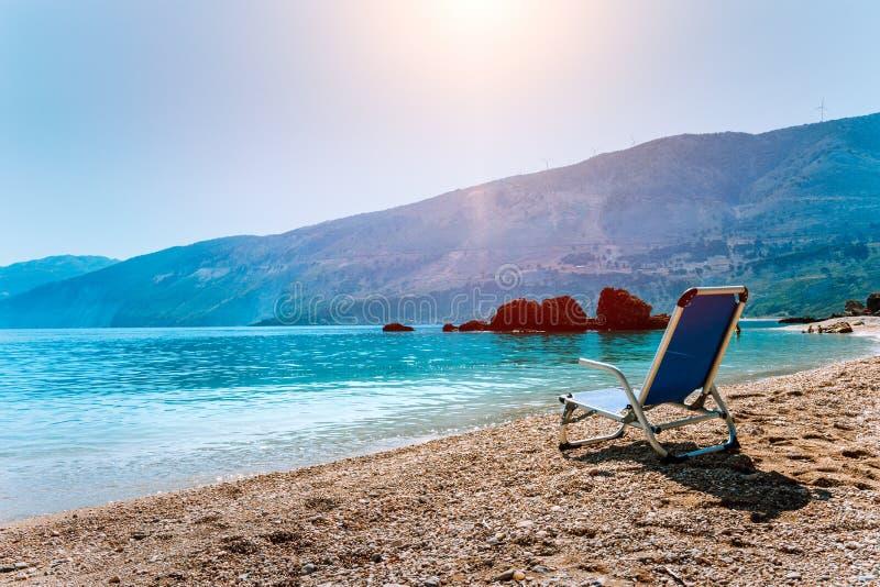 Blå sunchair på pittoreska Pebble Beach, Kefalonia ö, Grekland Loppet kopplar av semesterbegrepp royaltyfria bilder