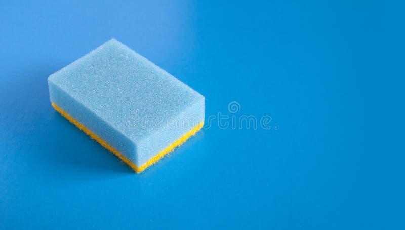 Blå svamp på blå bakgrund arkivfoto