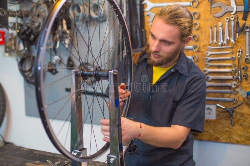 Blå synad grabb som reparerar cykeln i seminariet arkivfoton