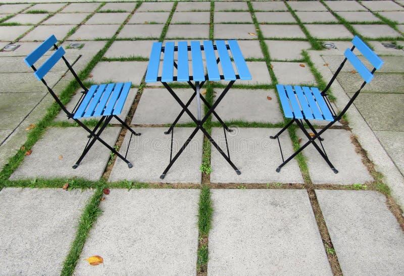 Blå tabell och två stolar royaltyfri bild