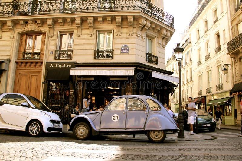 Blå tappningbil i Paris Frankrike royaltyfria bilder