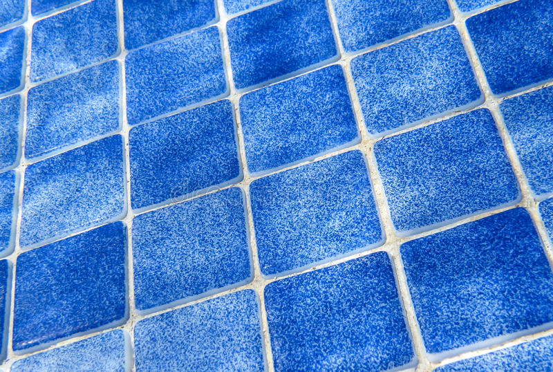 Blå tegelplattamodell i simbassäng fotografering för bildbyråer