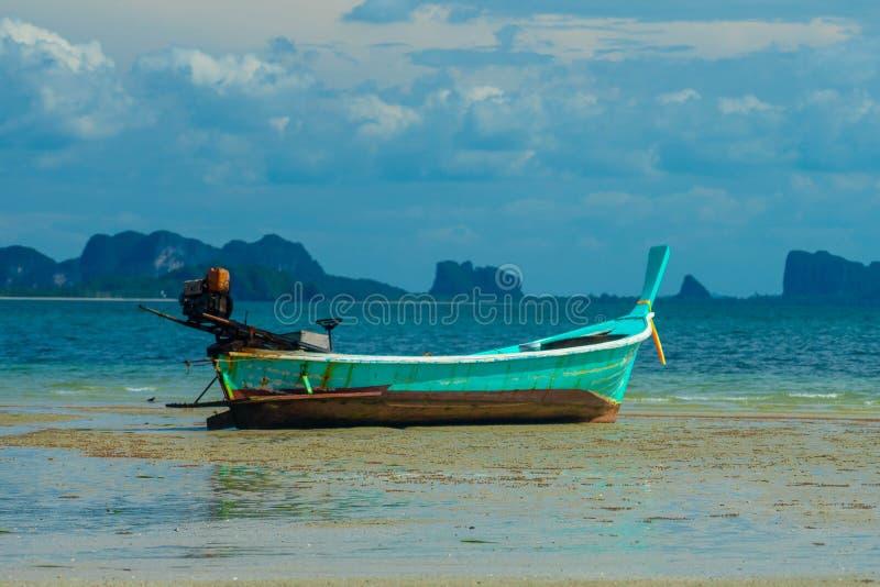Blå thailändsk barkass på stranden fotografering för bildbyråer