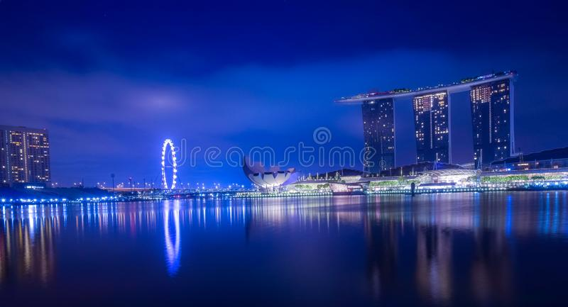 Blå timme för Singapore cityscape royaltyfria foton
