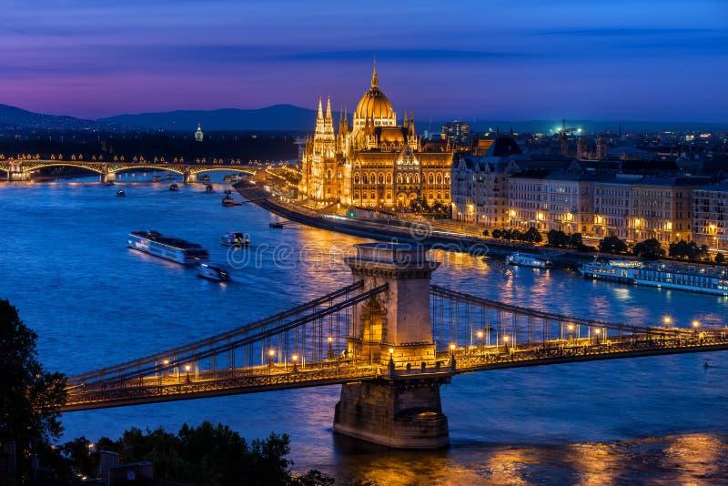 Blå timme i stad av Budapest arkivbild