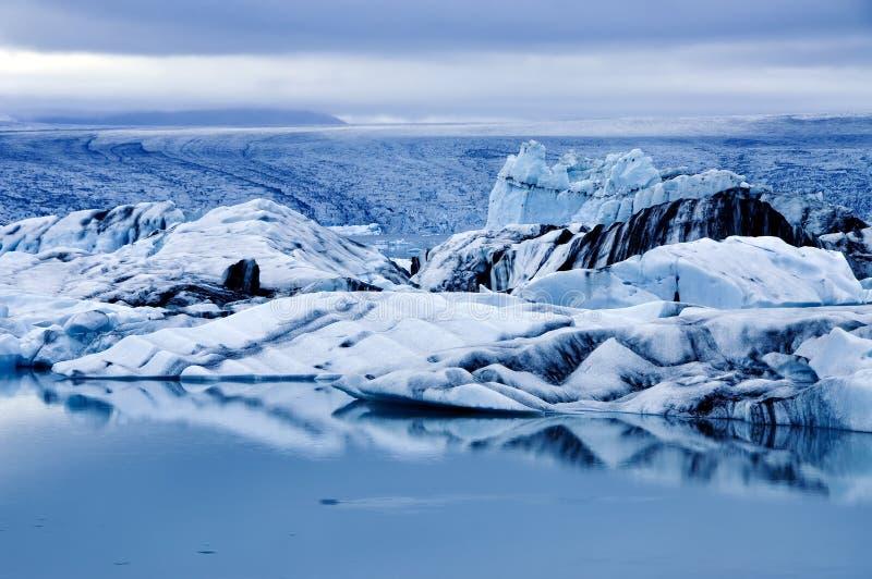 Blå timme på den Jokuksarlon lagun i Island arkivbild