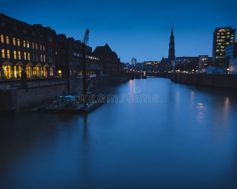 Blå timme på en kanal i Hamburg royaltyfri fotografi