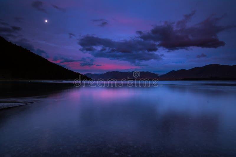 Blå timme på sjön Tekapo arkivfoton