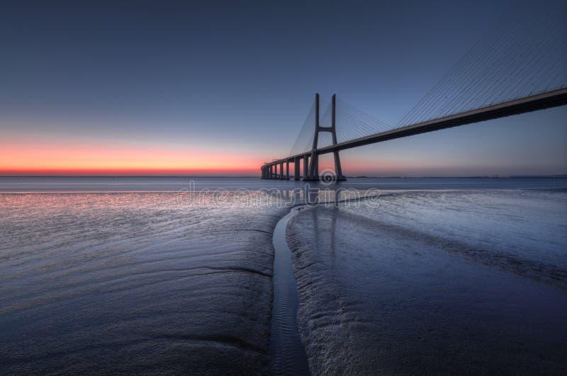 Blå timme på Vasco de Gama Bridge i Lissabon Ponte Vasco de Gama, Lissabon, Portugal royaltyfria bilder