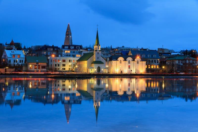 Blå timme Reykjavik arkivbild