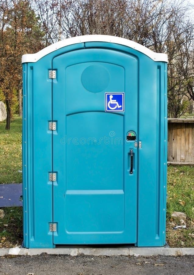 Blå toalett fotografering för bildbyråer