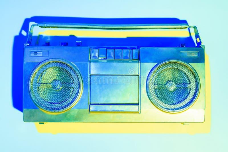blå tonad bild av retro boombox royaltyfri bild