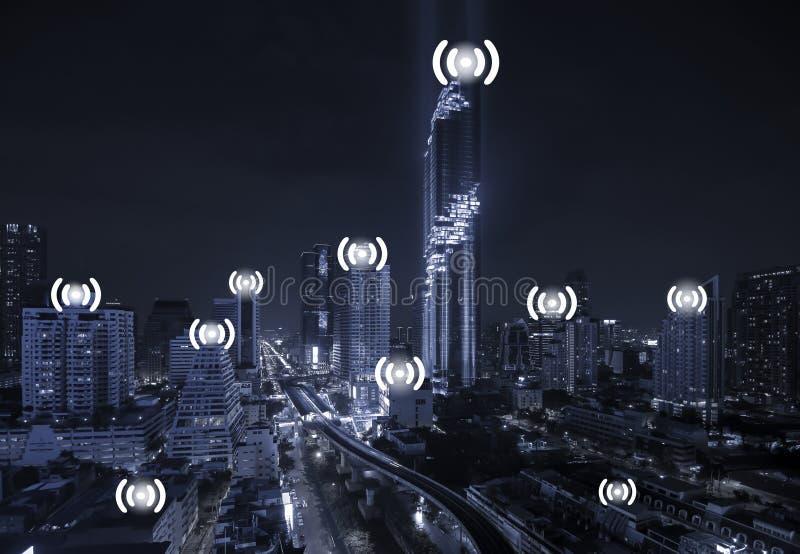 Blå Tone City Scape och Wifi nätverksanslutning arkivfoton