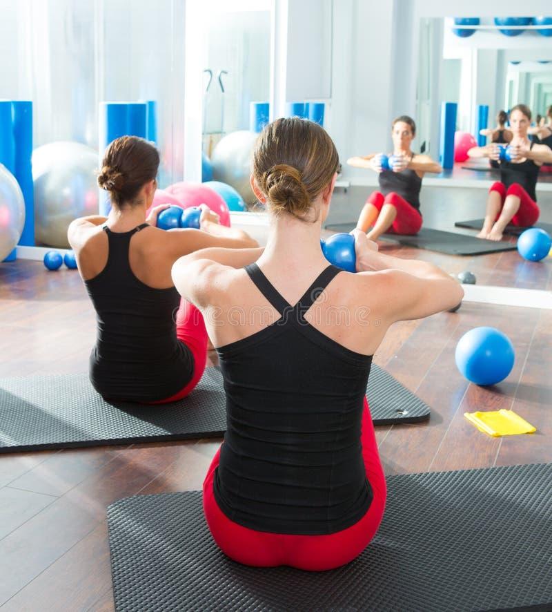 Blå toningboll i bakre sikt för kvinnapilatesgrupp royaltyfri foto