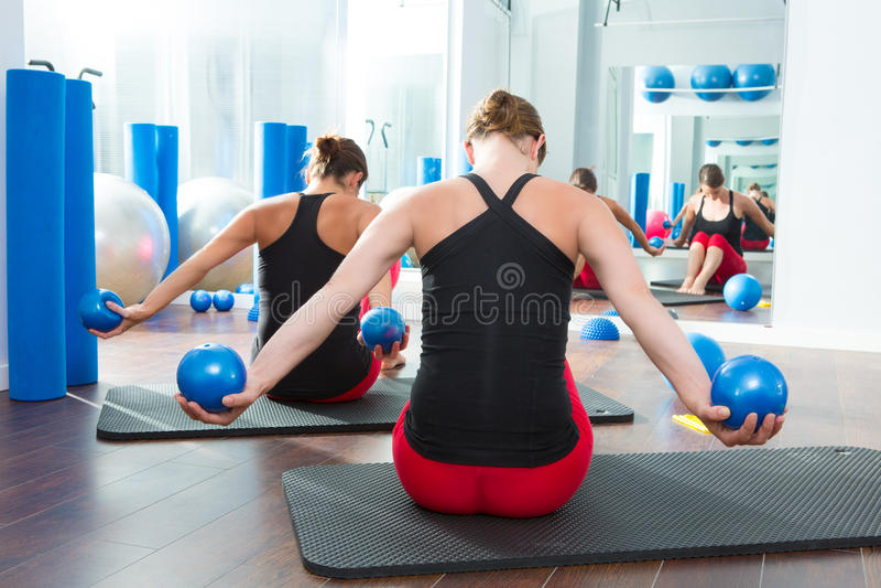 Blå toningboll i bakre sikt för kvinnapilatesgrupp fotografering för bildbyråer