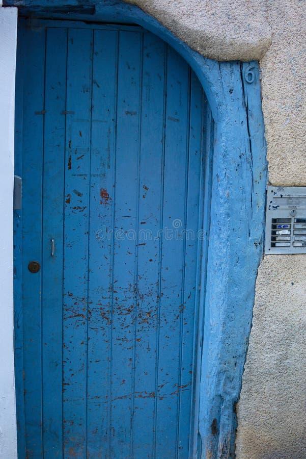 Blå trädörr med den yttre ingången för sten fotografering för bildbyråer