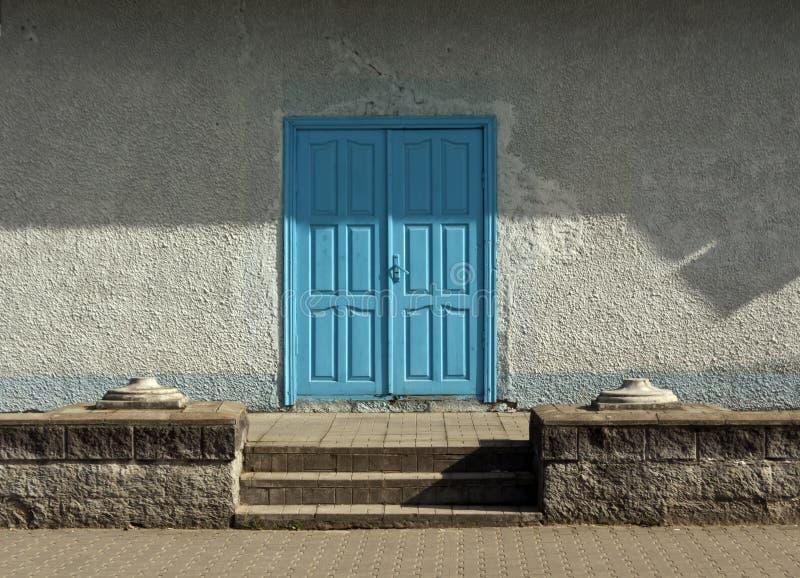 Blå träingångsdörr fotografering för bildbyråer