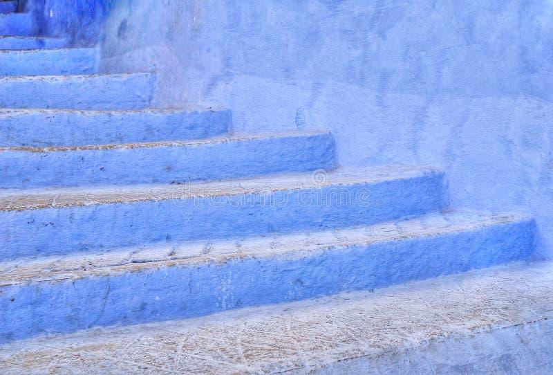 Blå trappa i Chefchaouen, Marocko fotografering för bildbyråer