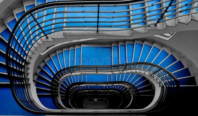 Blå trappuppgång arkivfoto