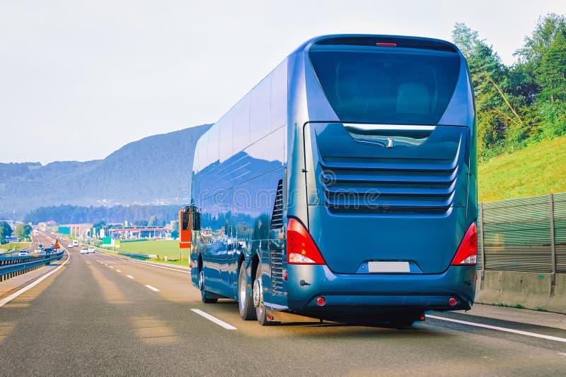 BlÃ¥ turist- buss pÃ¥ vägen i Polen fotografering för bildbyråer