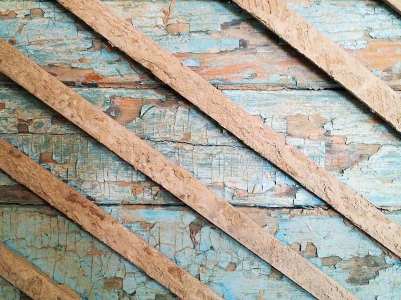 Blå vägg för skadat gammalt grungeträ med skalning av målarfärgtextur royaltyfri fotografi