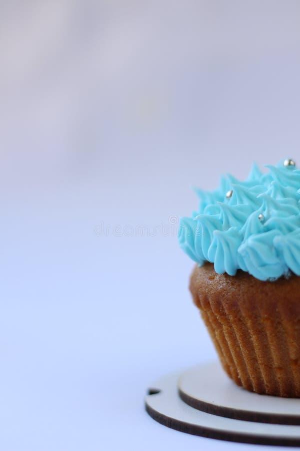 Blå vaniljsåsmuffin, födelsedagbegrepp royaltyfri bild
