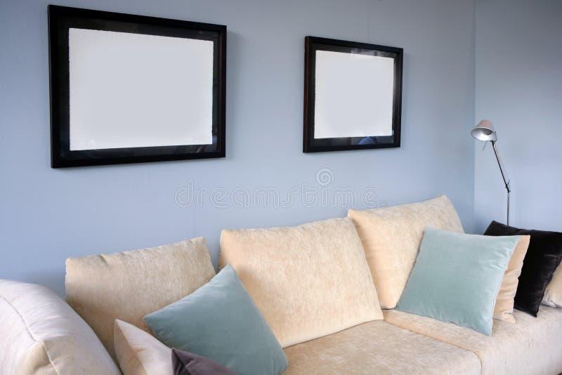 blå vardagsrumsofavägg arkivbilder