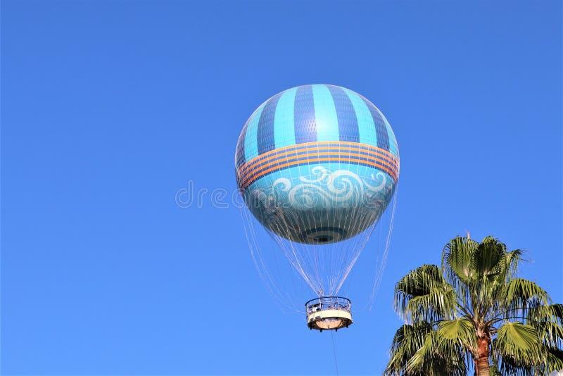 blå varm sky för luftballong arkivbild