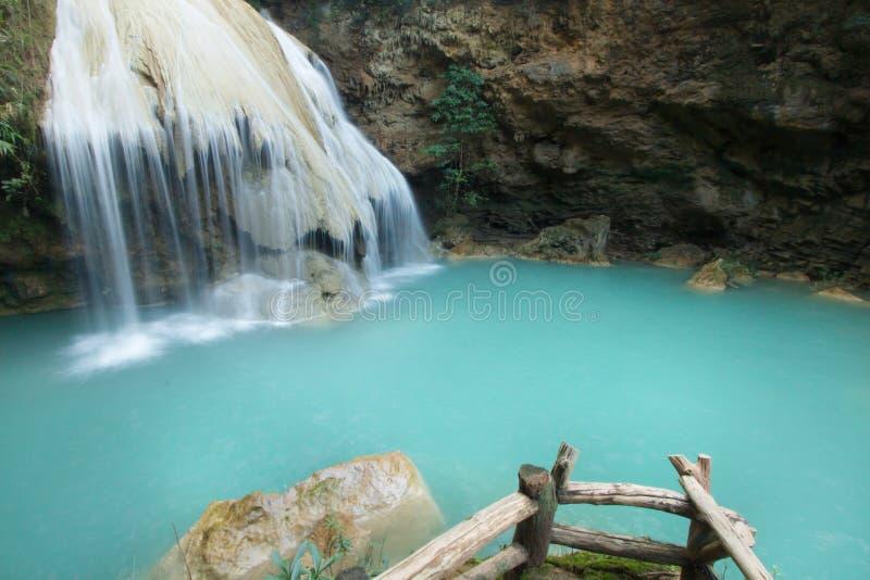 Blå vattenfall på den tropiska skogen i Thailand royaltyfria foton
