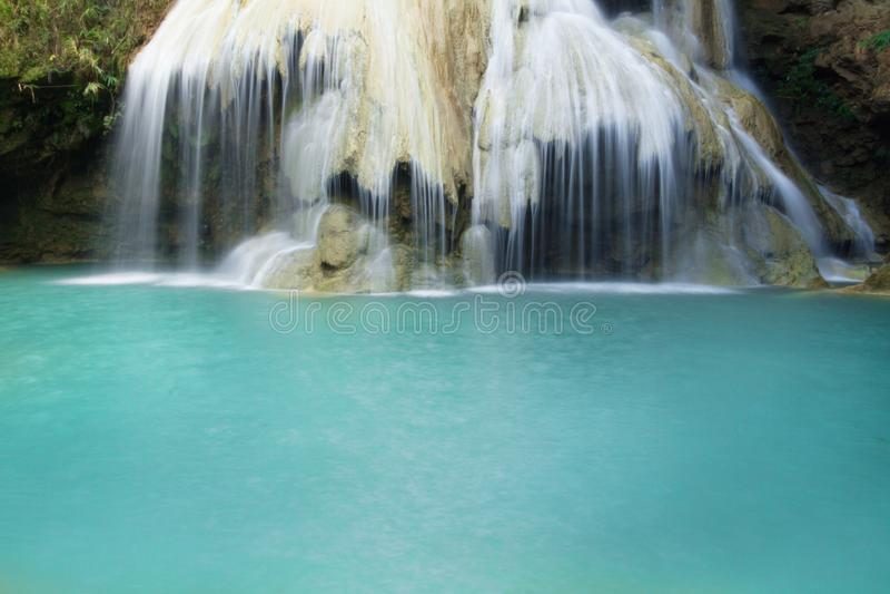 Blå vattenfall på den tropiska skogen i Thailand royaltyfri bild