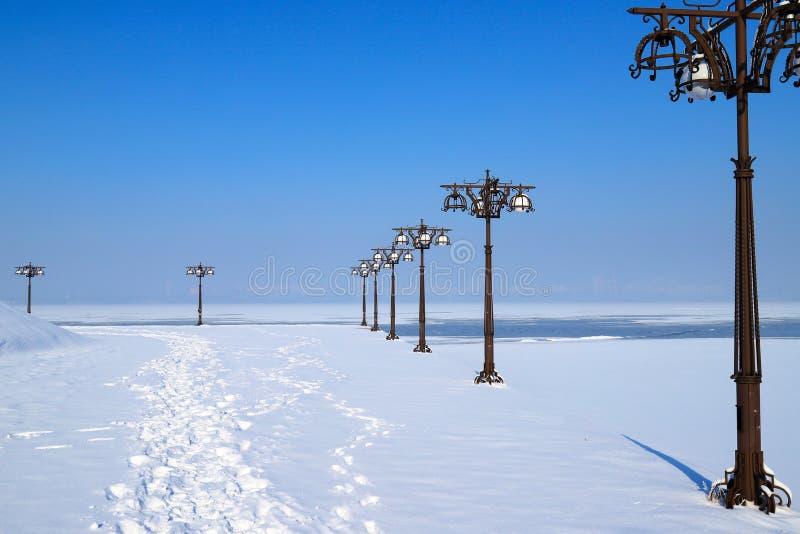 Blå vinterlandskap i en flod och en flod med vintage av metalllyktor, Dnepropetrovsk, staden Dnipro, Ukraina. royaltyfri foto