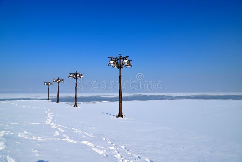 Blå vinterlandskap i en flod och en flod med vintage av metalllyktor, Dnepropetrovsk, staden Dnipro, Ukraina. royaltyfria bilder
