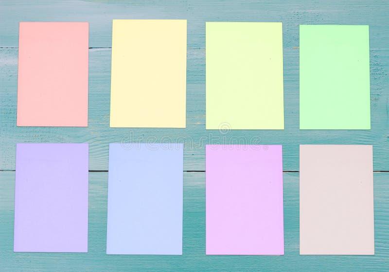 blå wood bakgrund och färgrik tom anmärkningslegitimationshandlingar arkivbild