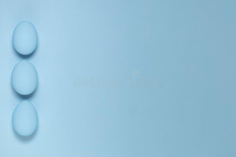 Blåa ägg på blå bakgrund arkivbild
