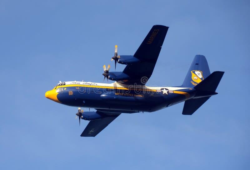 Blåa änglar stöttar C-130 Hercules arkivbild
